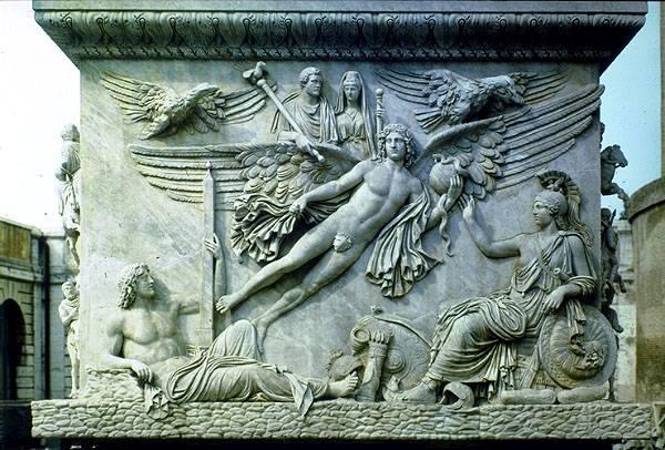 Photo n°2 : Base de la colonne d'Antonin le Pieux, à Rome (actuel Musée du Vatican), qui présente la phase finale de la consécration : l'envol de l'âme de l'empereur vers le monde des dieux.