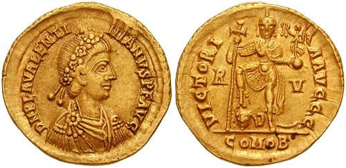 15. Solidus de Valentinien III (425-455 ap. JC). Au revers, l'empereur est représenté debout de face, appuyé sur une longue croix, le pied posé sur une tête. (Photo Classical Numismatic Group)