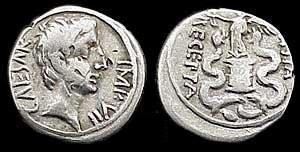 n°25. Quinaire d'Auguste, 27 av. J.C., 14 ap. JC. A/ Tête tournée à droite. R/ Victoire debout sur une ciste mystique, un serpent de chaque côté.