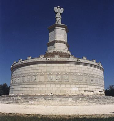 Reconstitution du trophée romain d'Adamclisi, en Roumanie. Les trophées sont également très souvent représentés sur les monnaies (voir par exemple les monnaies n°18 ou 25)
