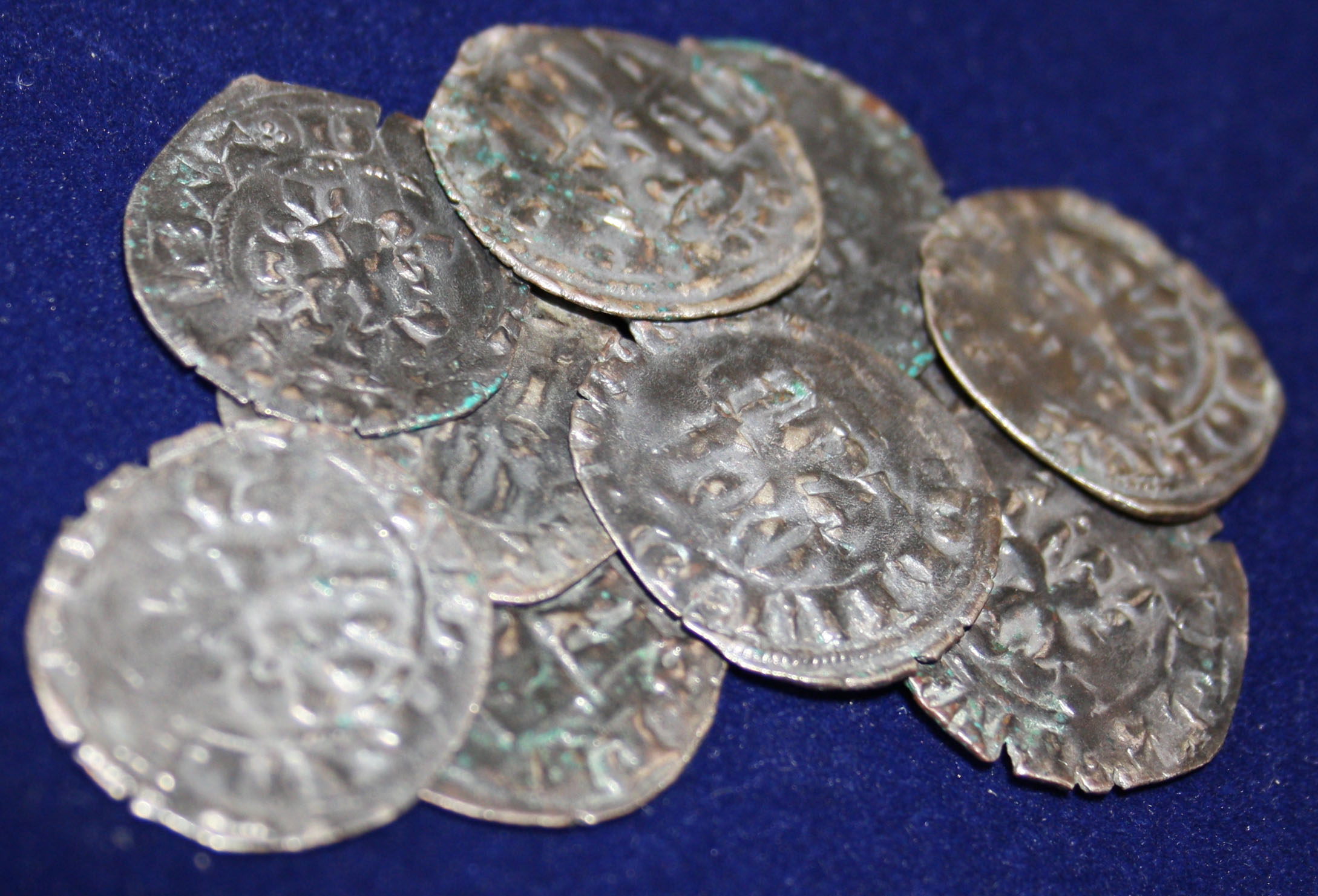 Quelques monnaies royales du XIVème siècle. Les pièces noircissaient plus ou moins au fil du temps en fonction de leur teneur en cuivre