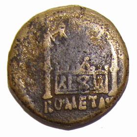 L'Autel de Lyon vu de face. Il est orné d'une couronne civique en son centre, et porte deux colonnes ornées de statues de Victoires.