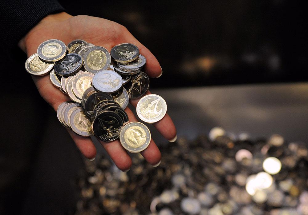 Exemple de pièces en euro : nombreuses pièces de 2 euro de Lettonie 2013