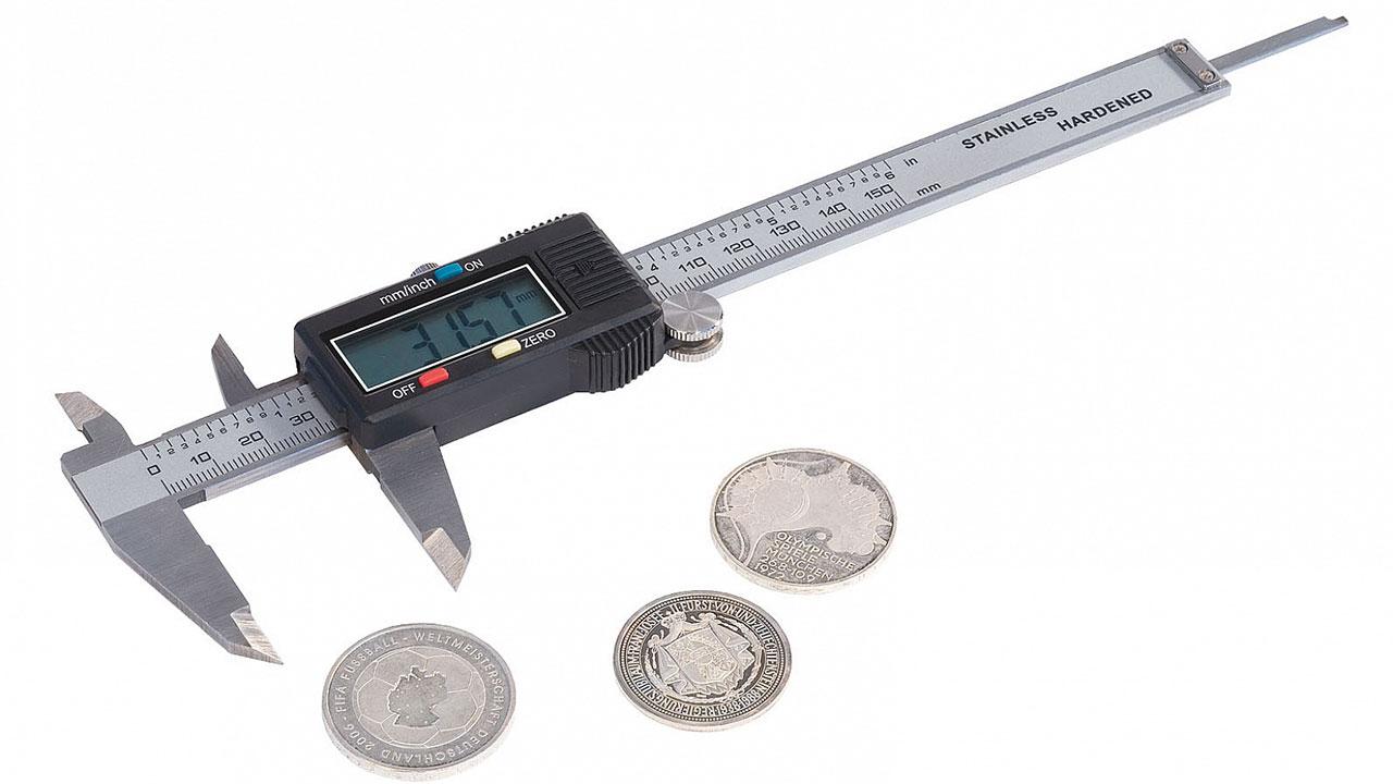 Un pied à coulisse permet de mesure le diamètre et l'épaisseur des pièces de monnaie