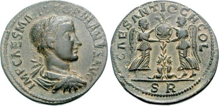 PISIDIE, Antioche. Gordien III. 238-244 après JC. Æ 33mm (25.58 grammes). A/ Buste lauré, drapé et cuirassé tourné à droite. R/ Deux Victoire se tenant en vis-à-vis, tenant un bouclier sur lequel est inscrit SR, et posé sur une palme. A sa base, deux captifs assis.