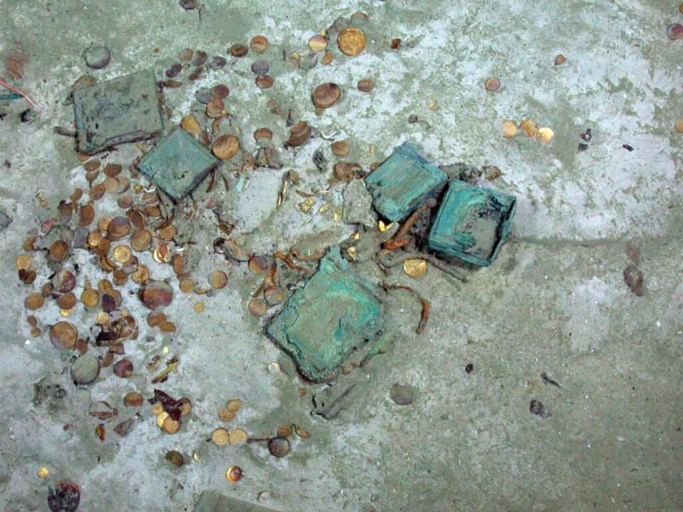 Pièces d'or éparpillées sur le fond marin