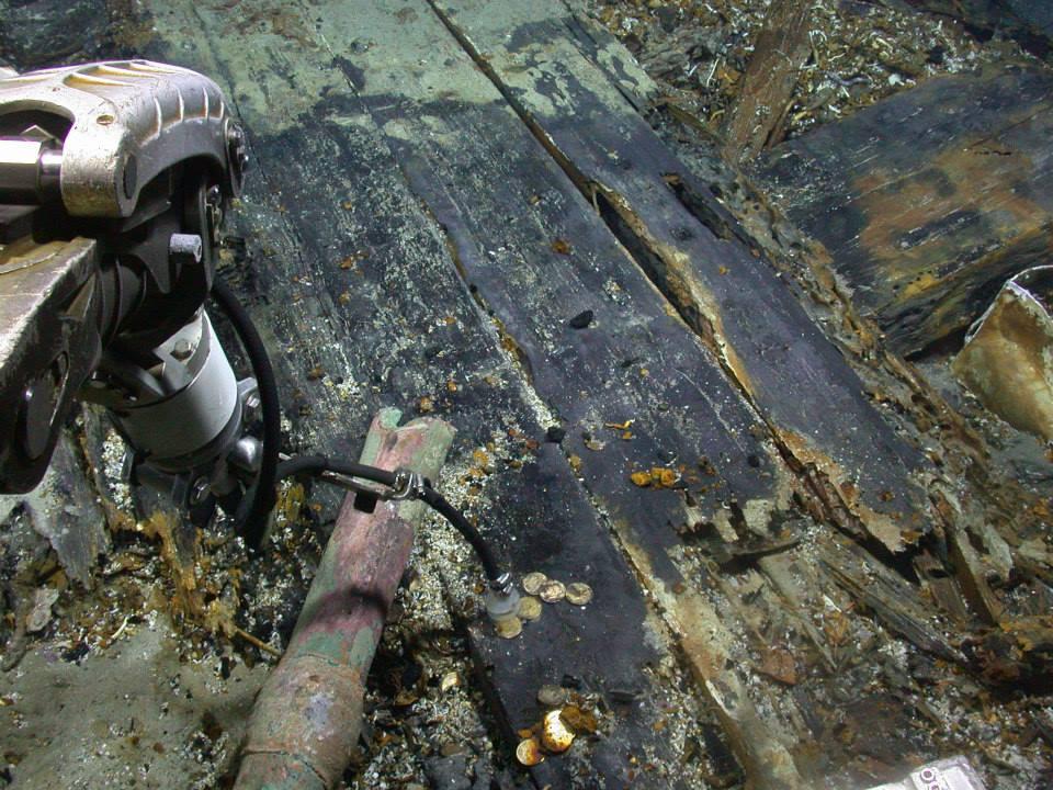 Le sous-marin Zeus récupère des pièces d'or dans l'épave