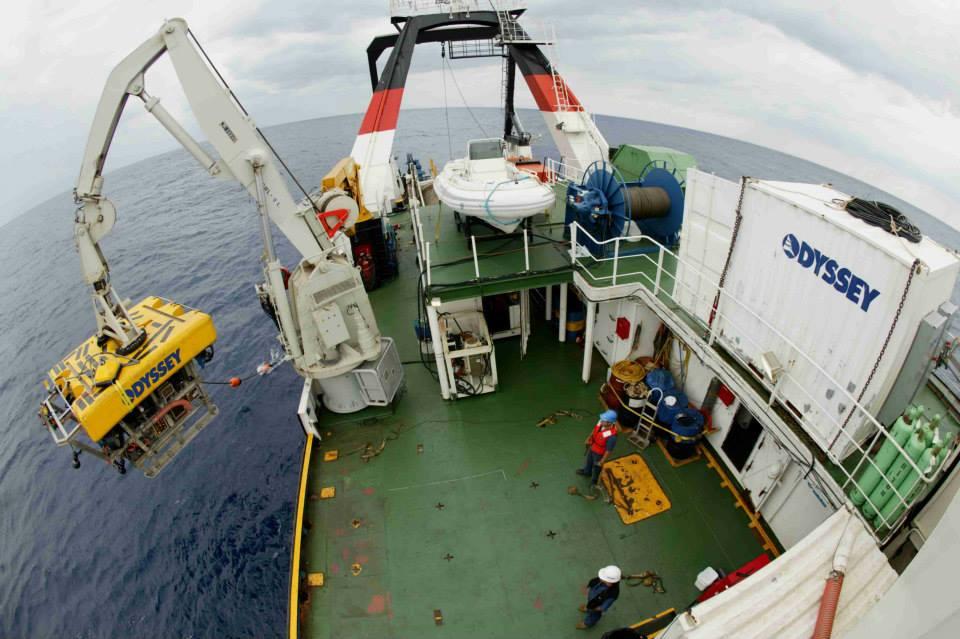 Vue de la mise à l'eau du robot sous-marin le Zeus depuis le pont du navire Odyssey Explorer