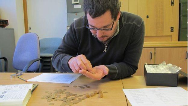 Peter Reavill expertise les pièces du trésor