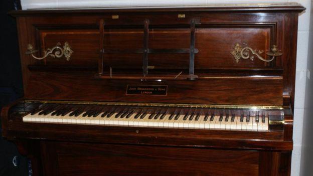 Photo du piano qui contenait le trésor