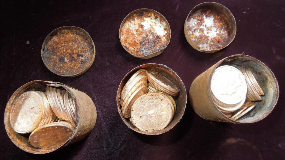 Trois pots remplis de pièces