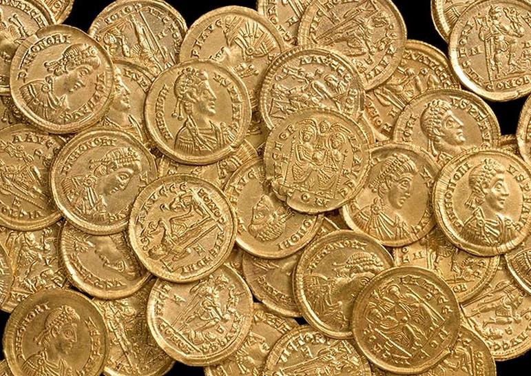 Photo des monnaies découvertes par le chasseur de trésor