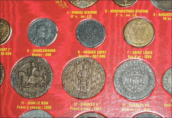 Photo de quelques jetons des rois de France en gros plan