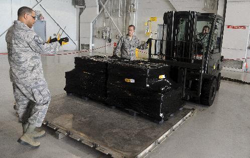 Transport du trésor vers l'avion chargé de le rapporter en Espagne
