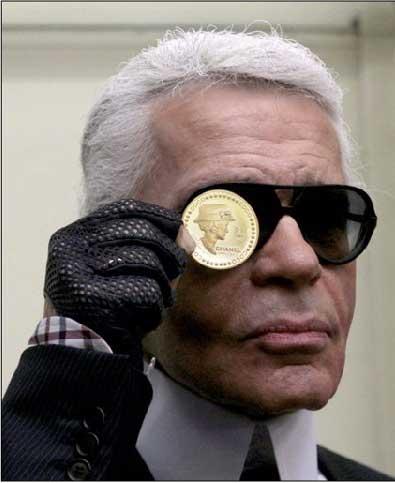 Karl Lagerfeld présente la nouvelle pièce en or à l'effigie de Coco Chanel