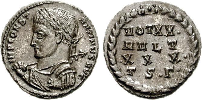 Le revers de cette monnaie de Constantin Ier présente le type ordinaire des voeux : des lignes de chiffres et de lettres placées au coeur d'une couronne. Photo CNG