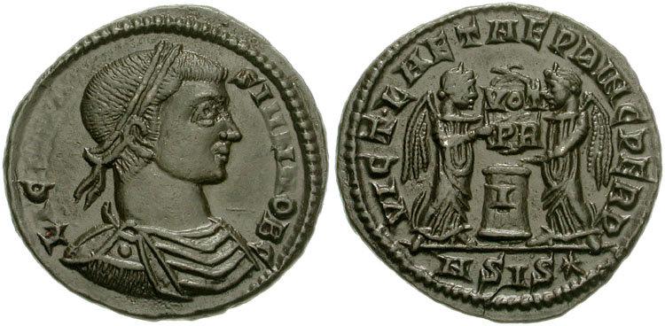 Sur le revers de ce follis de Licinius II César  (317-324 après JC) on peut observer deux Victoires tenant un bouclier portant l'inscription VOT/PR sur deux ligens au-dessus d'un autel. Photo CNG