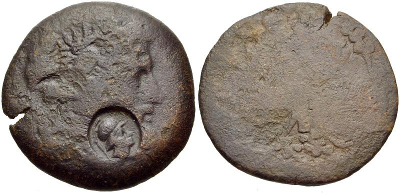 La contremarque à l'avers de la monnaie, représente la tête d'Athéna casquée tournée à droite