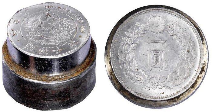5. Japon Paire de coins monétaires en acier pour les pièces d'argent d'un Yen, Année Meiji 7 (1874)
