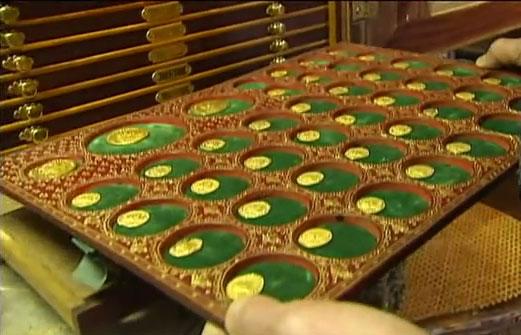 Photo des vestiges du trésor de Lava (40 monnaies) au Cabinet des médailles de la Bibliothèque Nationale de France