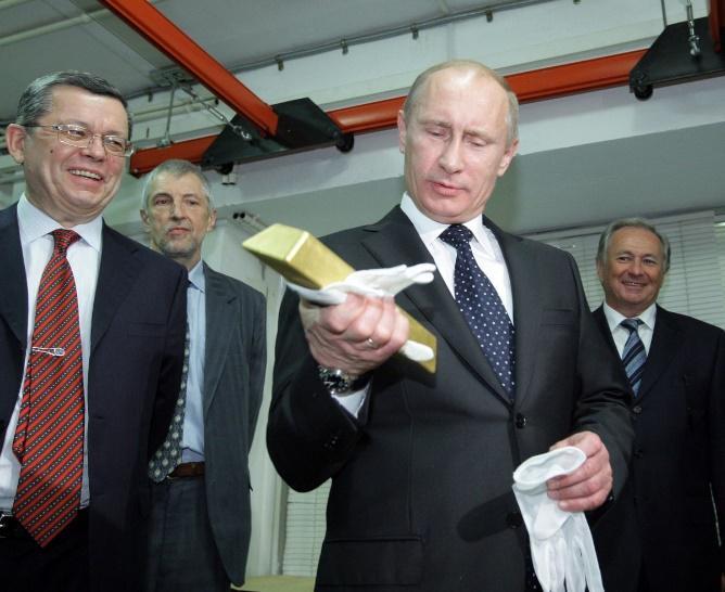 Vladimir Poutine soupèse une barre d'or de 12 kilos (octobre 2015)