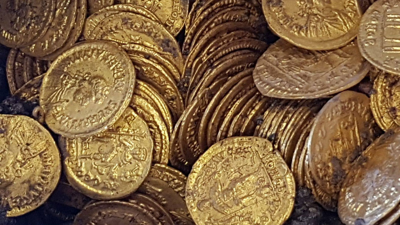 Photo en gros plan des pièces d'or du trésor de Côme, des